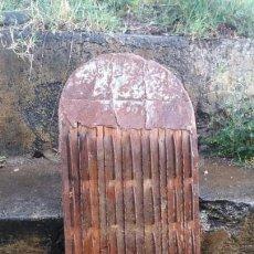 Antigüedades - Antigua tabla TRILLO de madera para trillar el cereal con un mulo burro Vaca caballo agricultura - 162996266