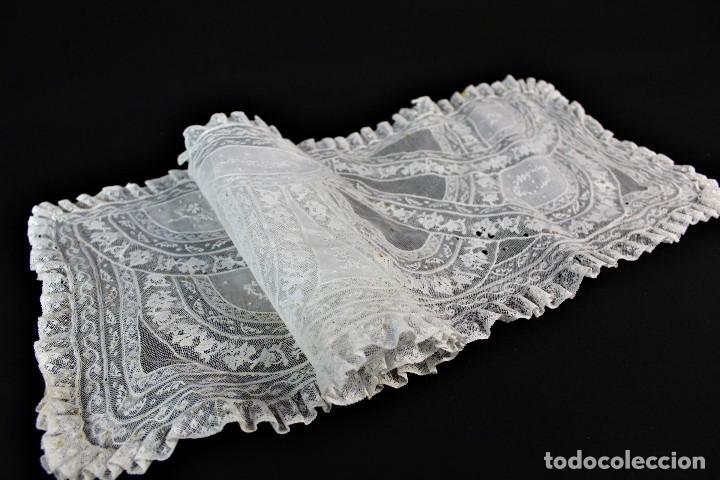 Antigüedades: 307 Tapete de encaje bordado a mano con aplicaciones, pps s XX partes a revisar - Foto 2 - 163017250