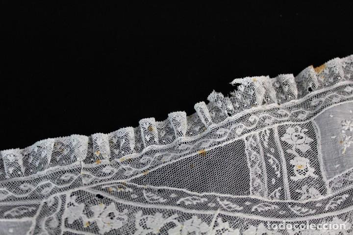 Antigüedades: 307 Tapete de encaje bordado a mano con aplicaciones, pps s XX partes a revisar - Foto 3 - 163017250