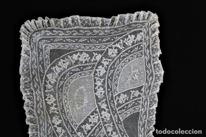 Antigüedades: 307 Tapete de encaje bordado a mano con aplicaciones, pps s XX partes a revisar - Foto 5 - 163017250