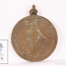 Antigüedades: ANTIGUA MEDALLA RELIGIOSA BRONCE - SANTO BENITO FUNDADOR / NUESTRA SEÑORA DE MONTSERRAT - DIÁM 35 MM. Lote 163019146