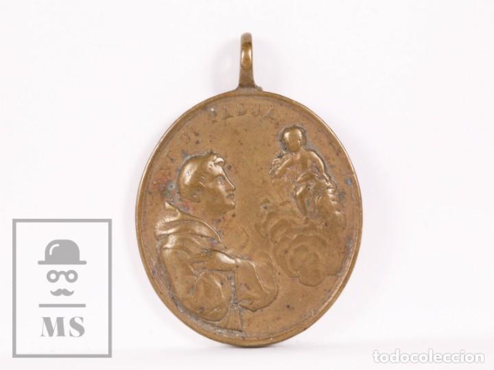 ANTIGUA MEDALLA RELIGIOSA DE BRONCE - SAN ANTONIO DE PADUA / SAN FRANCISCO DE ASÍS - FINALES S. XIX (Antigüedades - Religiosas - Medallas Antiguas)