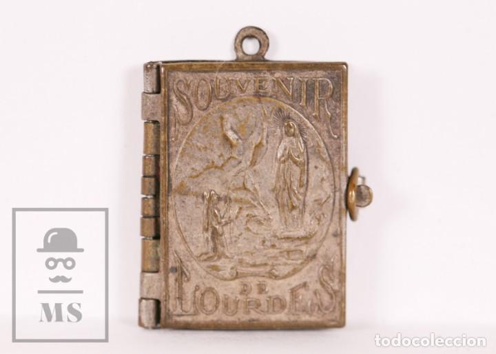 ANTIGUO LIBRITO MINIATURA / COLGANTE SOUVENIR DE LOURDES CON IMÁGENES FOTOGRÁFICAS / VISTAS (Antigüedades - Religiosas - Varios)