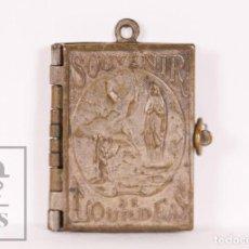 Antigüedades: ANTIGUO LIBRITO MINIATURA / COLGANTE SOUVENIR DE LOURDES CON IMÁGENES FOTOGRÁFICAS / VISTAS. Lote 163020486