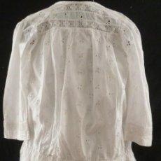 Antigüedades: ANTIGUO VESTIDO DE ENCAJE SUIZO - TALLE BAJO PARA NIÑA PPIO.S.XX. Lote 163030138