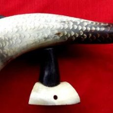 Antigüedades: ARTE PASTORIL. FIGURA DE PEZ TALLADO EN ASTA DE TORO O CUERNO. BASE TAMBIÉN EN ASTA DE TORO.. Lote 163069158