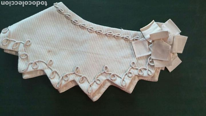 Antigüedades: Capelina o cuello de piqué beige con bordado de cordón y lazo de seda , finales de 1800 - Foto 4 - 163083920