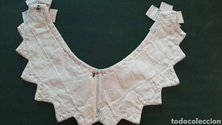 Antigüedades: Capelina o cuello de piqué beige con bordado de cordón y lazo de seda , finales de 1800 - Foto 2 - 163083920
