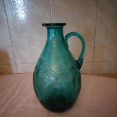 Antigüedades: ANTIGUA BOTELLA CON ASA DE VIDRIO SOPLADO COLOR VERDE TURQUESA,CON DIBUJOS. Lote 163183362