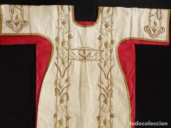 Antigüedades: Dalmática confeccionada en seda bordada en oro con motivos religiosos. Siglo XIX. - Foto 2 - 163248014