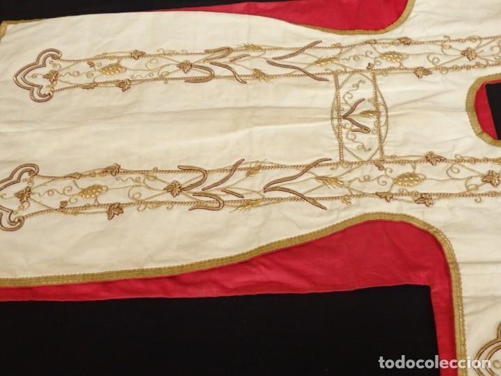 Antigüedades: Dalmática confeccionada en seda bordada en oro con motivos religiosos. Siglo XIX. - Foto 3 - 163248014