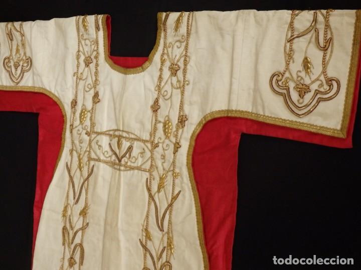 Antigüedades: Dalmática confeccionada en seda bordada en oro con motivos religiosos. Siglo XIX. - Foto 4 - 163248014