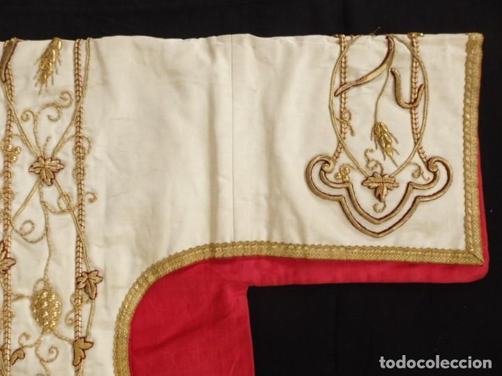Antigüedades: Dalmática confeccionada en seda bordada en oro con motivos religiosos. Siglo XIX. - Foto 5 - 163248014