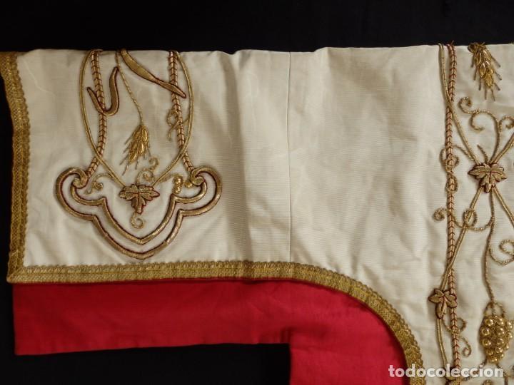 Antigüedades: Dalmática confeccionada en seda bordada en oro con motivos religiosos. Siglo XIX. - Foto 6 - 163248014