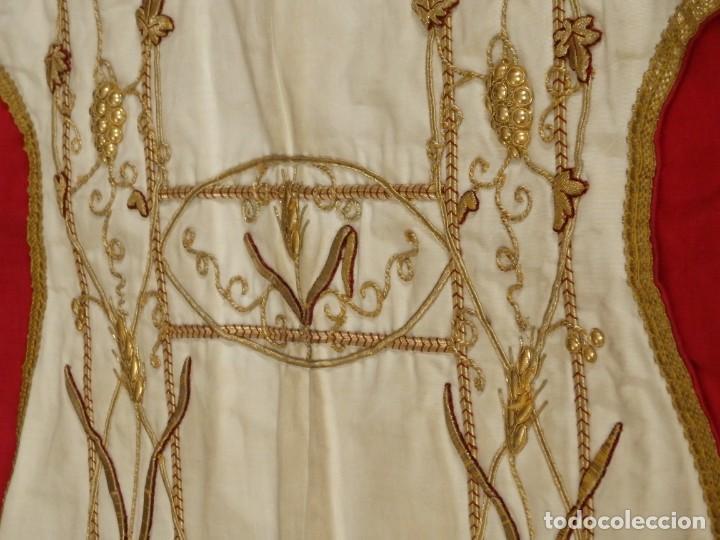 Antigüedades: Dalmática confeccionada en seda bordada en oro con motivos religiosos. Siglo XIX. - Foto 7 - 163248014
