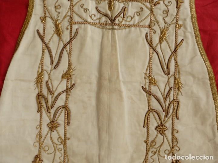 Antigüedades: Dalmática confeccionada en seda bordada en oro con motivos religiosos. Siglo XIX. - Foto 8 - 163248014