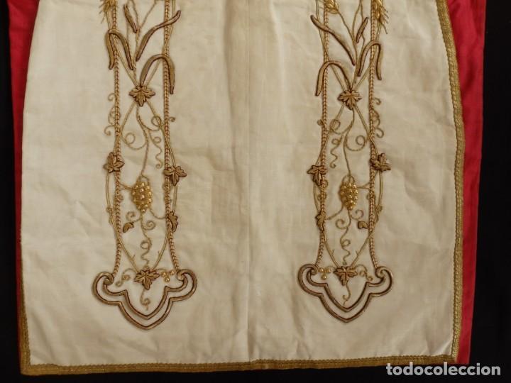 Antigüedades: Dalmática confeccionada en seda bordada en oro con motivos religiosos. Siglo XIX. - Foto 9 - 163248014