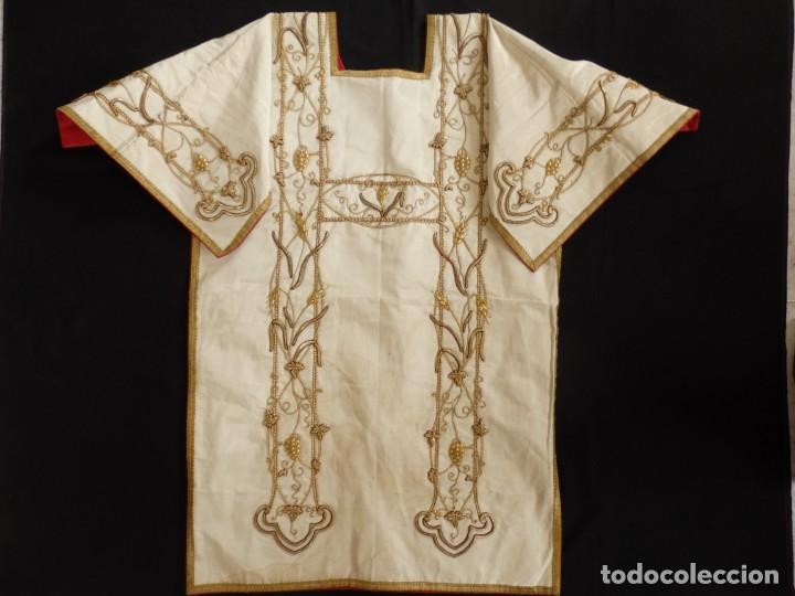 Antigüedades: Dalmática confeccionada en seda bordada en oro con motivos religiosos. Siglo XIX. - Foto 10 - 163248014