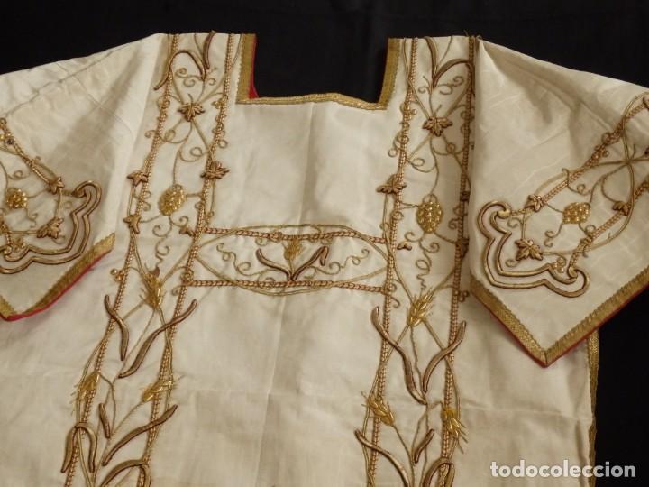 Antigüedades: Dalmática confeccionada en seda bordada en oro con motivos religiosos. Siglo XIX. - Foto 11 - 163248014