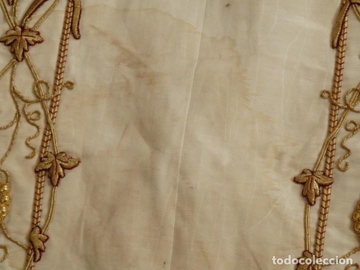Antigüedades: Dalmática confeccionada en seda bordada en oro con motivos religiosos. Siglo XIX. - Foto 12 - 163248014