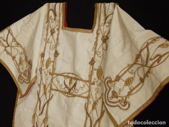 Antigüedades: Dalmática confeccionada en seda bordada en oro con motivos religiosos. Siglo XIX. - Foto 13 - 163248014