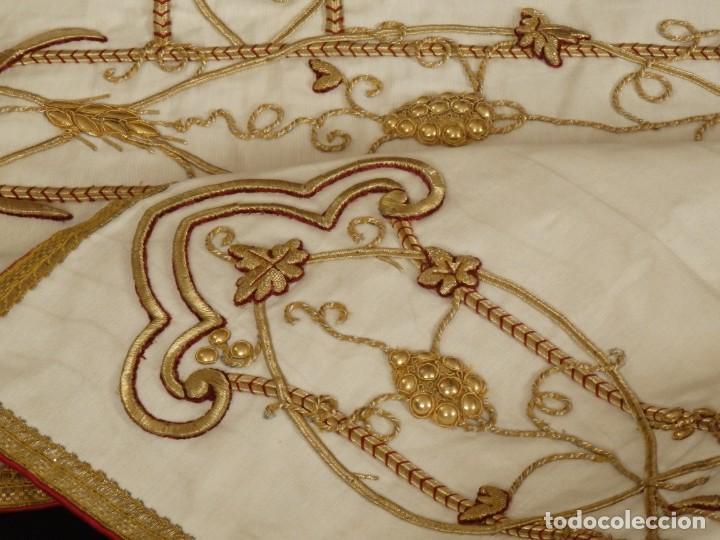 Antigüedades: Dalmática confeccionada en seda bordada en oro con motivos religiosos. Siglo XIX. - Foto 14 - 163248014