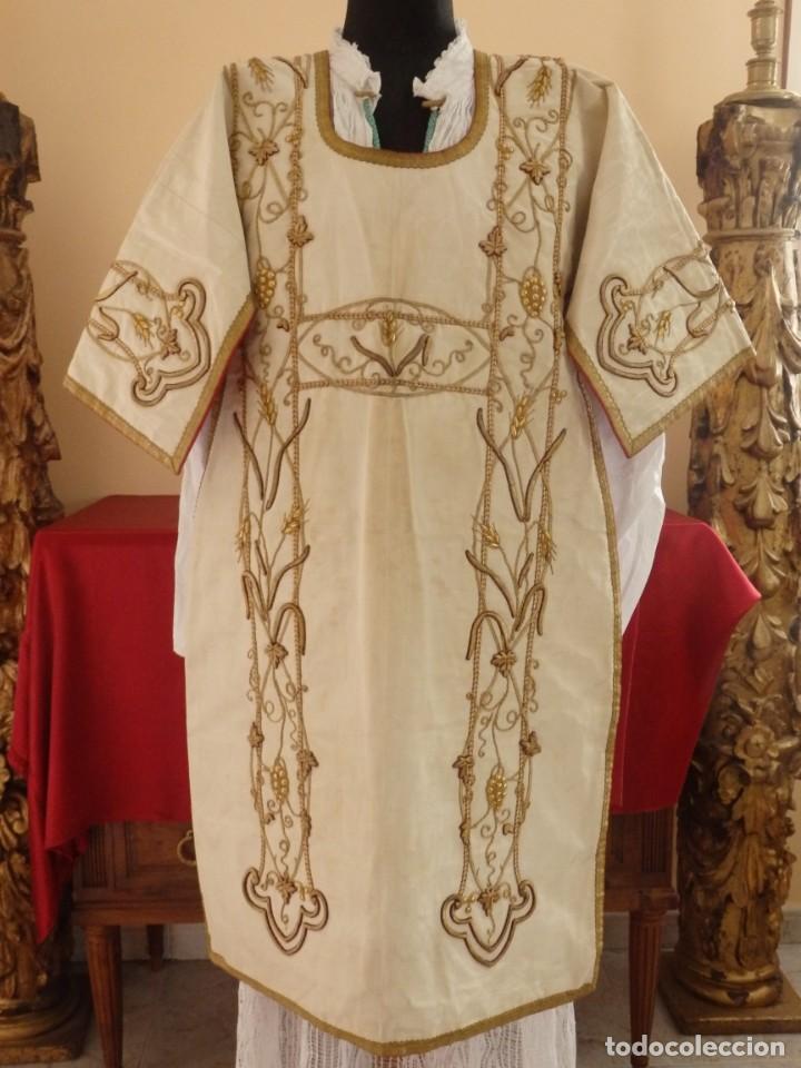 Antigüedades: Dalmática confeccionada en seda bordada en oro con motivos religiosos. Siglo XIX. - Foto 15 - 163248014