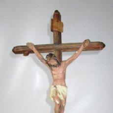 Antigüedades: PRECIOSA CRUZ DE MESA CRISTO SOBRE MONTE PIEDAD CRUZ TIPO OLOT CRUZ MADERA CRISTO ESTUCO. Lote 163312318