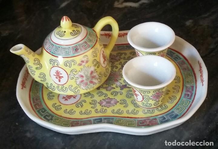 JUEGO DE CAFÉ O TE EN PORCELANA CHINA. BANDEJA, TETERA O CAFETERA Y DOS VASITOS. (Antigüedades - Porcelanas y Cerámicas - China)