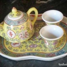 Antigüedades: JUEGO DE CAFÉ O TE EN PORCELANA CHINA. BANDEJA, TETERA O CAFETERA Y DOS VASITOS.. Lote 163345170