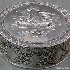 Antigüedades: CAJA PASTILLERO EN PLATA LABRADA INTERIOR DORADO MARCA CISNE SEGUNDA MITAD SIGLO XIX. Lote 163353162