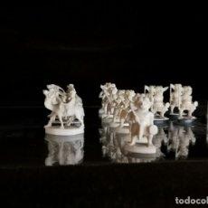 Antigüedades - 27 figuras talladas en marfil de un juego de ajedrez - 160236590