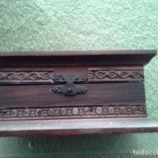 Antigüedades: CAJITA DE MADERA ANTIGUA, NUEVA ESTILO CASTELLANO CON APLIQUES EN METAL GRABADO. VER FOTOS. Lote 163441398