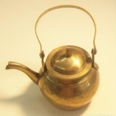Antigüedades: PEQUEÑA TETERA DE LATON CON TAPA. Lote 126707695