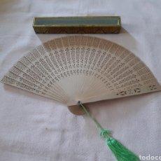 Antigüedades: ABANICO CON VARILLAS DE MADERA MITADES SIGLO XX. Lote 163468430