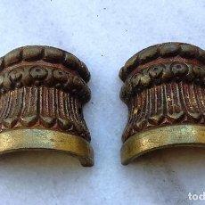 Antigüedades: DOS ADORNOS DE METAL, DE MEDIA CAÑA PARA PIES DE COLUMNAS 4,5 CM DE ALTO Y 4 CM DE DIÁMETRO. Lote 163474658
