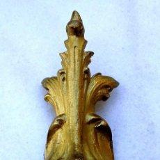 Antigüedades: ADORNO DE METAL PARA PIE DE MUEBLE O COMODA - MEDIDA 12X5,5 CM. Lote 163477462