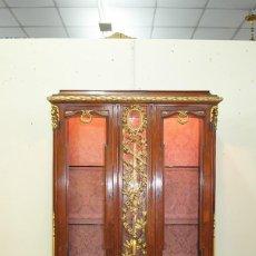 Antigüedades: VITRINA ANTIGUA DE MADERA TALLADA Y PAN DE ORO. Lote 163480626