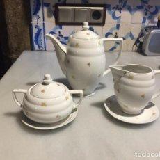 Antigüedades: ANTIGUA CAFETERA, AZUCARERA Y LECHERA EN PORCELANA BLANCA POSIBLEMENTE DE SANTA CLARA AÑOS 50 . Lote 163515026