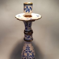Antigüedades: ANTIGUO CANDELABRO CERAMICA SG.XIX O ANTERIOR ALCORA CON PATAS. Lote 163570434