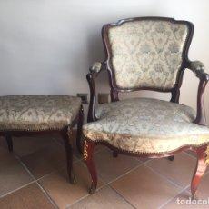 Antigüedades: ANTIGUA Y PRECIOSA SILLA Y REPOSAPIÉS EN MADERA DE CAOBA Y BRONCE. Lote 163575973