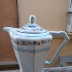 Antigüedades: ANTIGUA CAFETERA CERAMICA LIMOGE CON SELLO . FALTA EN EL FILO INTERIOR. Lote 163599782