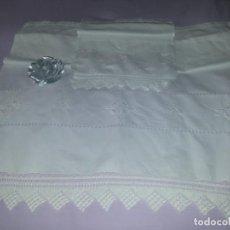 Antigüedades: TRES TOALLAS DE HILO-HECHAS A MANO-DOS PEQUEÑAS. Lote 163610042