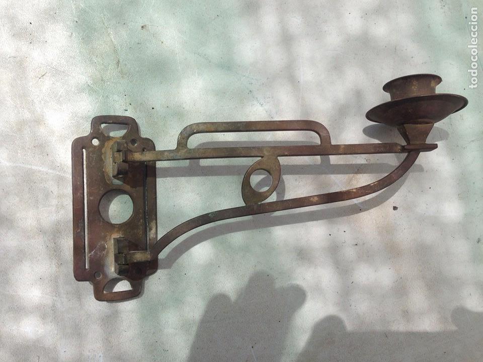 Antigüedades: antiguo candelabro bronce abatible, plegable para colgar casa rural candil rustico portavelas - Foto 3 - 163646922