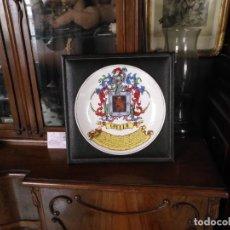 Antigüedades: GRAN PLATO HISTORIA DEL APELLIDO COELLO SOBRE MARCO DE PIEL . 30,5 X 3,5 CM DIAMETRO 24,7 CM . Lote 163699750
