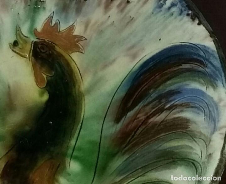 Antigüedades: Gran plato de cerámica del Taller Puigdemont de La Bisbal. Curiosa imagen de un gallo. - Foto 2 - 163730790