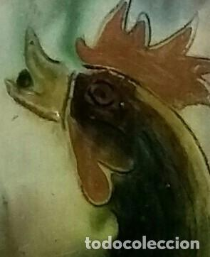 Antigüedades: Gran plato de cerámica del Taller Puigdemont de La Bisbal. Curiosa imagen de un gallo. - Foto 3 - 163730790