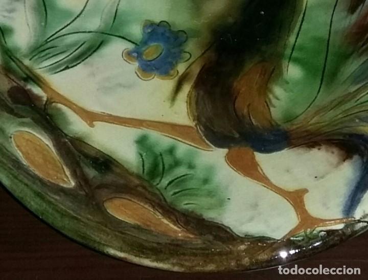 Antigüedades: Gran plato de cerámica del Taller Puigdemont de La Bisbal. Curiosa imagen de un gallo. - Foto 4 - 163730790