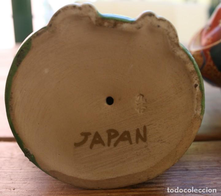 Antigüedades: PAREJA FIGURAS PORCELANA JAPONESA MAGNIFICAMENTE DECORADA VIVOS COLORES - SELLO MARCA SIMBOLO BASE - Foto 5 - 134113154