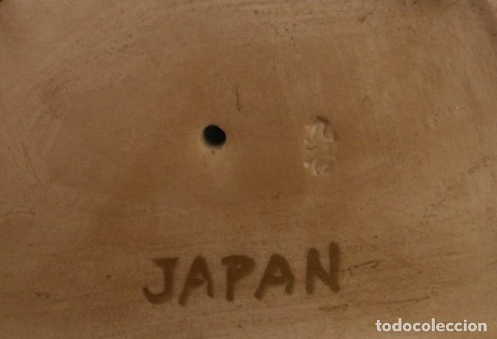 Antigüedades: PAREJA FIGURAS PORCELANA JAPONESA MAGNIFICAMENTE DECORADA VIVOS COLORES - SELLO MARCA SIMBOLO BASE - Foto 7 - 134113154